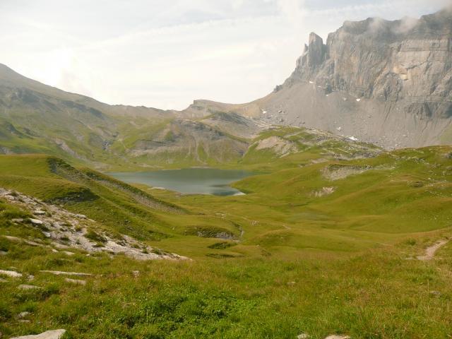 Le lac, avec le col en arrière plan.