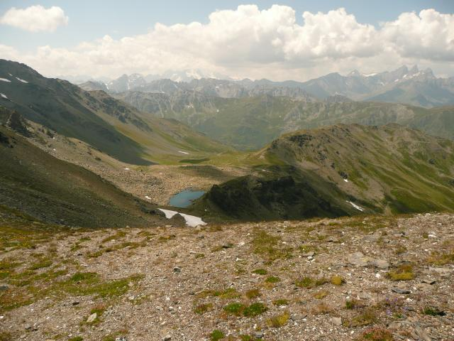 La vue en arrière depuis le col, avec le lac des roches et derrière le vallon d'où je viens.