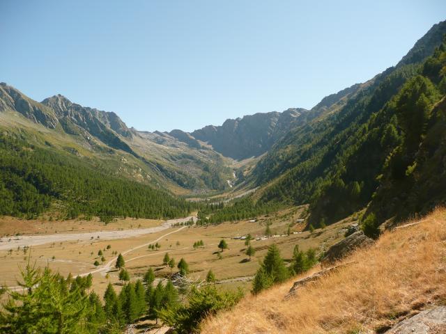 La vallée italienne (je ne connais pas son nom). Tout au fond, le col Sellière que nous franchirons demain.