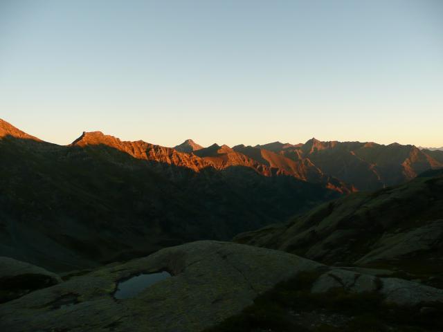 Le soleil levant sur les arrêtes du Queyras.