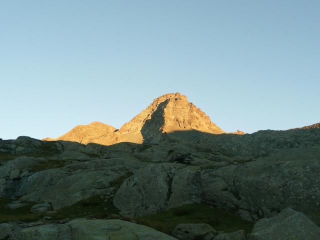 Le mont Graneiro embrasé par le soleil couchant.