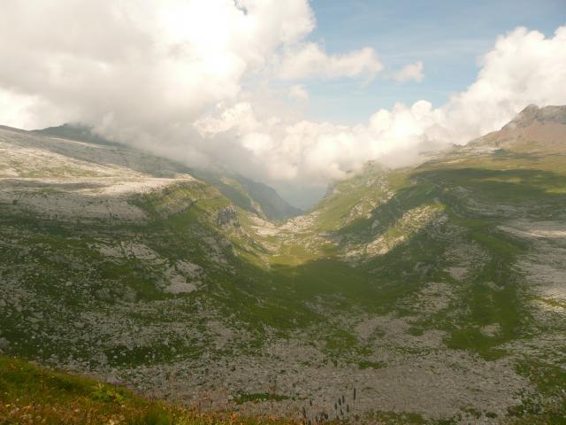 Au milieu, le vallon de Sales.